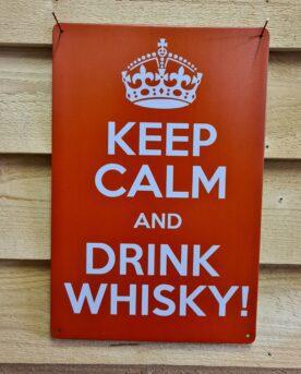 """Tavla skylt """"Keep Calm and drink Whisky"""" Vintage skyltar i plåt. Skylt för kök, utekök, grillhörna, BBQ, Bar, Mancave Dekorera din favoritplats med skyltar och metalltavlor i rustik vintage design som bjuder in till ett skratt eller två ;) En tavla med de bevingade orden """"Keep calm and drink Whisky"""" Ja, det är ju gott, så varför inte? En perfekt skylt att hänga baren eller favoritplatsen. Tavlor i metall och plåtskyltar? BBQmonster har en häftig samling tavlor och skyltar i metall som kan vara den perfekta presenten eller tillbehöret till presenten som gör pricken över i:et, eller """"the prick over the eye"""" som man säger i Amerikat... Metalltavlor för grill och BBQ är efterfrågade dekorer till utekök, mancaves och grillhörnor och med BBQmonsters uppsättning är chansen god att du hittar en skylt som passar just dig eller den person du skall köpa presenten till. Ett presenttips kan vara att om du köper låt säga ett paket spanska ginglas att då komplettera med en skylt som förstärker budskapet. Samma sak kan appliceras Ölglas, Kamados osv. Livsnjutare, Foodies och grillare är ofta glada för både god mat och god dryck. Därför kretsar många av dessa vintage skyltar och metalltavlor på tema Mat, såsom recepttavlor (för exempelvis Pulled pork, Revben / Ribs och Brisket). Eller Dryck (whisky, bourbon, beer, öl, IPA, Cider, Stout och inte minst modedrycken GIN). Tavlorna i metall finns i ett antal olika format, men där det vanligaste är måtten 20 x 30 (stående) cm eller 30 x 20 (liggande). Det finns även ett par större modeller (bland annat runda). Skyltarna har en vikt kant så inga vassa kanter existerar. Hörnen är försedda med hål (på det fyrkantiga tavlorna) där du enkelt med två eller fyra spik eller skruvar fäster upp tavlan på underlaget. Du kan även använda dubbelhäftande tejp om det passar bättre mot underlaget. Keep calm and drink Beer! Du hittar alla tavlor och skyltar under kategorin Tavlor metall (www.bbqmonster.se/produkt-kategori/tavlor/)"""