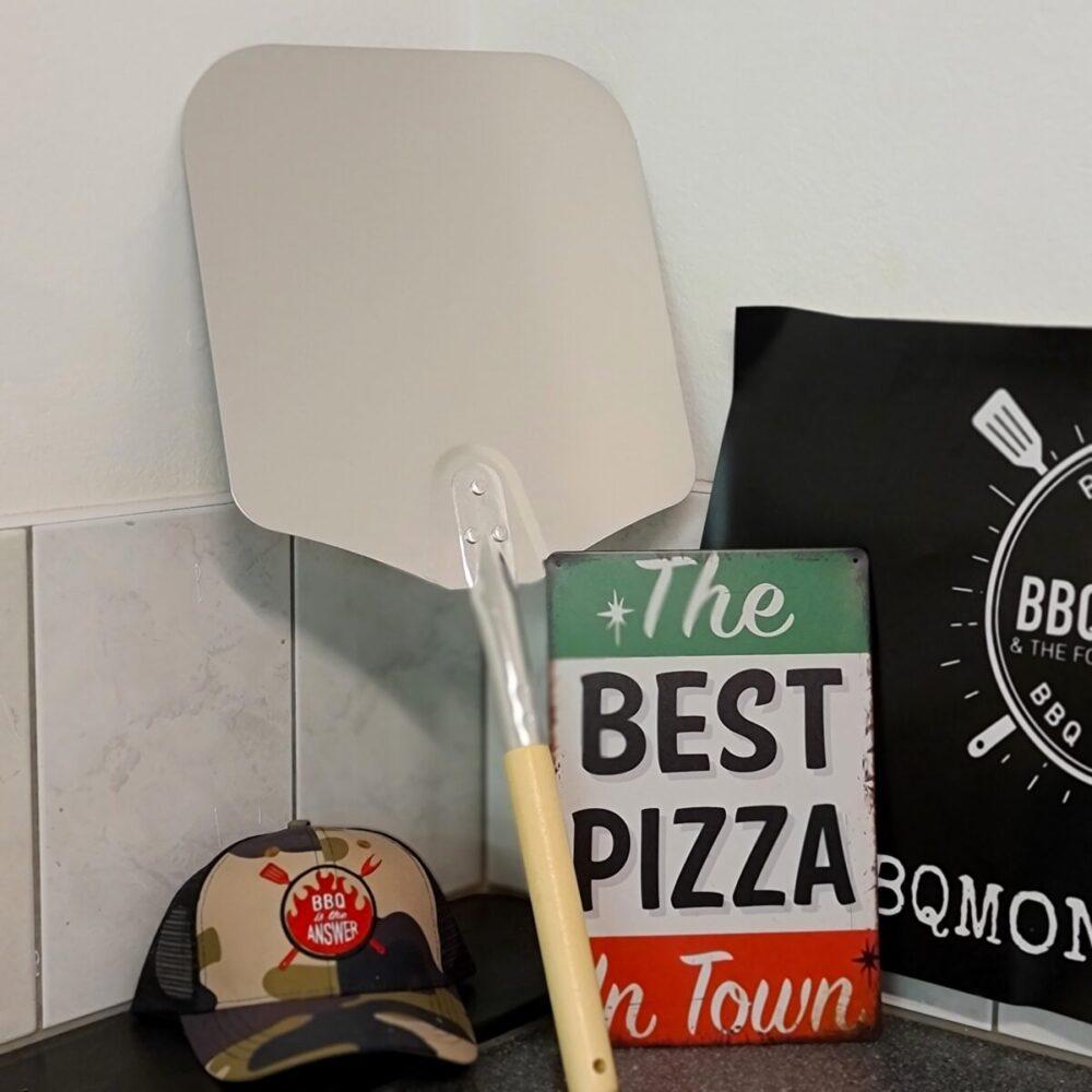 Pizzaspade med tunna metallplatta med slipad kant och ett 30cm långt skaft som gör det enkelt att lyfta pizzan från pizzastenen hur lyfta pizzan
