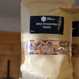 Rökflis - Äpple Wood chips av Äpple - perfekt för Nötkött såsom short ribs och brisket Rökflis, Wood chips, rökträ, rökved - det finns en del olika namn och än så länge verkar inte Svensken ha bestämt sig för vilket ord som ligger bäst på tungan. Hur som helst - vad vi alla är överens om är att det gör väldigt stor skillnad på smak och upplevelse genom att tillföra torrt trä till kolen, briketterna eller gasolbrännarna. Karaktär Detta är rökflis / wood chips av Äpple. Äppleträ ger en varm och söt doft som gör sig väldigt bra till griskött, julskinka inkluderat. Storleken har betydelse Den mindre storleken gör dessa woodchips / rökflis perfekta för kortare grill- BBQ- och röksessioner som kräver en kraftfull rökutveckling på kort tid (små träbitar börjar snabbare pyra och producera rök än större bitar). Det är även lämpligt att testa använda flis i täta grillar som kamadogrillar eftersom att dessa rökgrillar har så lågt flöde av luft att du mycket väl kan nå bättre rökresultat med flis som en del av ditt rökträ. Torr är bäst Även om många ger rådet att lägga flis i blöt före användning vill BBQmonster ge dig rådet att testa lägga torrt trä intill glöden och på så sätt skapa en miljö där frisk rök kan tillföras utan att flisen brinner upp. Har du en gasolgrill är du dock mer hjälpt av dessa mindre bitar trä - lägg dem i ugnsfolie, vik ihop och perforera med några hål, placera därefter över brännarna. Om att använda trä för att skapa rök: Blött trä släcker delvis glöden från kolen och skapar oftast en smutsigare rök. Målet när du tillför rökträ är att skapa en god förbränning där röken är klar och fin, inte tjock och mullrande. Röken skall lukta gott och blött trä luktar...inte gott. Thin blue smoke pratar det stora landet i väster om och även om det inte alltid är blå rök som lämnar skorstenen så kan du ha det i bakhuvudet: mörk rök är dåligt, vit rök är bättre men inte bra, ljus eller blåskimrande rök är frisk rök och ger bäst smak och doft. Om du upplever att röken 