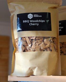 Rökflis - Körsbär Wood chips av Körsbär - perfekt för skaldjur, fisk och griskött Rökflis, Wood chips, rökträ, rökved - det finns en del olika namn och än så länge verkar inte Svensken ha bestämt sig för vilket ord som ligger bäst på tungan. Hur som helst - vad vi alla är överens om är att det gör väldigt stor skillnad på smak och upplevelse genom att tillföra torrt trä till kolen, briketterna eller gasolbrännarna. Karaktär Detta är rökflis / wood chips av Körsbärsträ. Körsbär ger en frisk och mild doft som gör sig väldigt bra till så skilda saker som skaldjur (räkor), fisk (lax mfl) men även griskött. Körsbär sägs addera en rödare ton till exempelvis revben och BBQmonster är benägen att hålla med. Storleken har betydelse Den mindre storleken gör dessa woodchips / rökflis perfekta för kortare grill- BBQ- och röksessioner som kräver en kraftfull rökutveckling på kort tid (små träbitar börjar snabbare pyra och producera rök än större bitar). Det är även lämpligt att testa använda flis i täta grillar som kamadogrillar eftersom att dessa rökgrillar har så lågt flöde av luft att du mycket väl kan nå bättre rökresultat med flis som en del av ditt rökträ. Torr är bäst Även om många ger rådet att lägga flis i blöt före användning vill BBQmonster ge dig rådet att testa lägga torrt trä intill glöden och på så sätt skapa en miljö där frisk rök kan tillföras utan att flisen brinner upp. Har du en gasolgrill är du dock mer hjälpt av dessa mindre bitar trä - lägg dem i ugnsfolie, vik ihop och perforera med några hål, placera därefter över brännarna. Om att använda trä för att skapa rök: Blött trä släcker delvis glöden från kolen och skapar oftast en smutsigare rök. Målet när du tillför rökträ är att skapa en god förbränning där röken är klar och fin, inte tjock och mullrande. Röken skall lukta gott och blött trä luktar...inte gott. Thin blue smoke pratar det stora landet i väster om och även om det inte alltid är blå rök som lämnar skorstenen så kan du ha det i bakhuvudet: mörk r