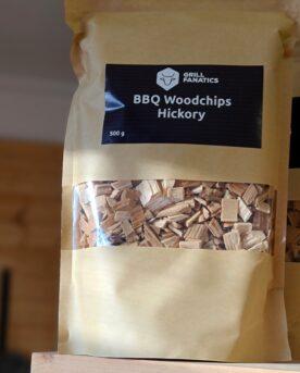 Rökflis - perfekt allround Wood chips av Hickory - perfekt för Nötkött såsom short ribs och brisket Rökflis, Wood chips, rökträ, rökved - det finns en del olika namn och än så länge verkar inte Svensken ha bestämt sig för vilket ord som ligger bäst på tungan. Hur som helst - vad vi alla är överens om är att det gör väldigt stor skillnad på smak och upplevelse genom att tillföra torrt trä till kolen, briketterna eller gasolbrännarna. Karaktär Detta är rökflis / wood chips av Hickory. Hickory är det samma som amerikans valnöt och är känt för sin intensiva, kraftfull men ändå lätt att ta till sig. Storleken har betydelse Den mindre storleken gör dessa woodchips / rökflis perfekta för kortare grill- BBQ- och röksessioner som kräver en kraftfull rökutveckling på kort tid (små träbitar börjar snabbare pyra och producera rök än större bitar). Det är även lämpligt att testa använda flis i täta grillar som kamadogrillar eftersom att dessa rökgrillar har så lågt flöde av luft att du mycket väl kan nå bättre rökresultat med flis som en del av ditt rökträ. Torr är bäst Även om många ger rådet att lägga flis i blöt före användning vill BBQmonster ge dig rådet att testa lägga torrt trä intill glöden och på så sätt skapa en miljö där frisk rök kan tillföras utan att flisen brinner upp. Har du en gasolgrill är du dock mer hjälpt av dessa mindre bitar trä - lägg dem i ugnsfolie, vik ihop och perforera med några hål, placera därefter över brännarna. Om att använda trä för att skapa rök: Blött trä släcker delvis glöden från kolen och skapar oftast en smutsigare rök. Målet när du tillför rökträ är att skapa en god förbränning där röken är klar och fin, inte tjock och mullrande. Röken skall lukta gott och blött trä luktar...inte gott. Thin blue smoke pratar det stora landet i väster om och även om det inte alltid är blå rök som lämnar skorstenen så kan du ha det i bakhuvudet: mörk rök är dåligt, vit rök är bättre men inte bra, ljus eller blåskimrande rök är frisk rök och ger bäst smak o
