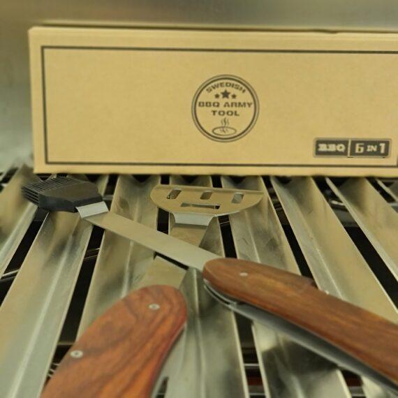 Swedish BBQ Army Tool - ett praktiskt delbart multiverktyg för grillen 6 olika funktioner Grillgaffel, kniv, Grillspatula (burgerflipper), grillpensel (silikon), korkskruv och ölöppnare - allt i ett! Swedish BBQ Army Tool är både en rolig och praktisk pryl för den som gillar att grilla. Liten nog att rymmas i packningen på turen eller picknicken men ändå fullt användbar in i minsta del - en perfekt present till den grilltokige. Genom att Swedish BBQ Army Tool är delbart kan du använda två verktyg samtidigt vilket underlättar om du skall vända en större köttbit eller behöver hålla fågeln medans du penslar skinnet med smör. Swedish BBQ Army Tool kommer i en snygg papplåda med formgjuten insida. Finishen är hög och kvalitetskänslan är gedigen. En perfekt present!