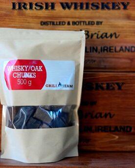 Chunks - ek/whisky Rökträ av ek från whiskytunnor - allround flis för livsnjutaren Chunks, Rökflis, Wood chips, rökträ, rökved - det finns en del olika namn och än så länge verkar inte Svensken ha bestämt sig för vilket ord som ligger bäst på tungan. Hur som helst - vad vi alla är överens om är att det gör väldigt stor skillnad på smak och upplevelse genom att tillföra torrt trä till kolen, briketterna eller gasolbrännarna. Karaktär Detta är rökflis / wood chips av Ek. Ek är förmodligen det mest mångsidiga träslag när det kommer till vad du kan använda det till. Ek ger en harmonisk men ändå kraftfull rök och smak. Testa det till julskinkan i combo med äpple, eller till brisket tillsammans med hickory. Denna variant av ek kommer från använda fat som haft nöjet att lagra whisky - tala om fulla tunnor ;) Storleken har betydelse Den medium stora storleken gör dessa små chunks lämpliga för de flesta rök, grill- BBQ- och röksessioner. Det är även lämpligt att testa använda flis i täta grillar som kamadogrillar eftersom att dessa rökgrillar har så lågt flöde av luft att du mycket väl kan nå bättre rökresultat med flis som en del av ditt rökträ. Torr är bäst Även om många ger rådet att lägga flis i blöt före användning vill BBQmonster ge dig rådet att testa lägga torrt trä intill glöden och på så sätt skapa en miljö där frisk rök kan tillföras utan att flisen brinner upp. Har du en gasolgrill är du dock mer hjälpt av dessa mindre bitar trä - lägg dem i ugnsfolie, vik ihop och perforera med några hål, placera därefter över brännarna. Om att använda trä för att skapa rök: Blött trä släcker delvis glöden från kolen och skapar oftast en smutsigare rök. Målet när du tillför rökträ är att skapa en god förbränning där röken är klar och fin, inte tjock och mullrande. Röken skall lukta gott och blött trä luktar...inte gott. Thin blue smoke pratar det stora landet i väster om och även om det inte alltid är blå rök som lämnar skorstenen så kan du ha det i bakhuvudet: mörk rök är dålig