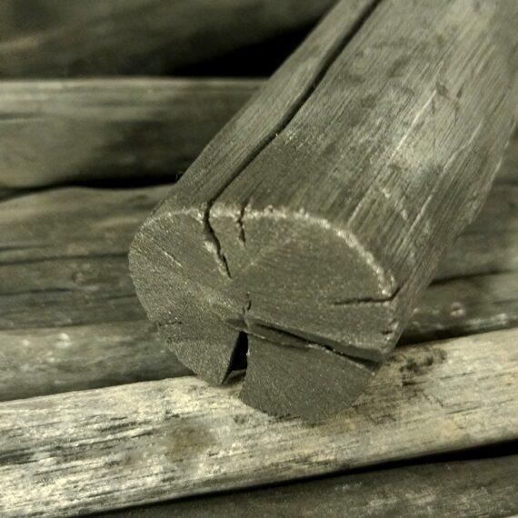 """Binchotan style White Charcoal - kol hård som keramik - het som inget annat! - kol som klingar likt ett vindspel - extremt mycket energi! 7,5kg högkvalitativ kol per låda - extremt prisvärd Binchotan style grillkol Välj mellan 3 storlekar - Small för japanska bordsgrillar, Medium för 47cm Kamados och andra mellanstora grillar Large för 61cm kamados och större grillar Detta är rakt av en sinnesjukt energipackad kol! Binchotan style White Charcoal brinner extremt hett när den väl tagit fyr (mer om det strax...) och den kan brinna extremt länge även på höga temperaturer (se bild över värmekurvan). Binchotan """"vit kol"""" är en i det närmsta mytomspunnen kol från Japan, detta är variant av """"vit kol"""" (läs mer om varför det kallas så), också från Asien men inte från Japan och det svårtillgängliga område som äkta Binchotan kommer ifrån (jämför med att endast mousserande vin från distriktet Champagne i Frankrike får lov att kallas Champagne, eller att Feta-ost skall komma från Grekland för att få kallas Feta). Att detat är en Binchotan style kol och inte en tvättäkta Japansk variant innebär dock att den har en heeeeelt annan prislapp utan att vara olik i vare sig hårdhet (pling plong) eller värmeutveckling (hujeda mig!). Om Binchotan style White Charcoal När vanlig kol blir till packas trä ihop och förbränns i en kammare med minimal tillgång till syre. Detta drar ut fukten ur träet och kvar finns en produkt som glöder snarare än att brinna - alltså grillkol. Denna process tar olika lång tid beroende på träslag men vi pratar åtminstone alltid om dagar, ibland över en vecka, och i detta fallet är vi inne på en kol som tar upp mot en vecka att torka ut. Processen pågår så länge vit rök/ånga lämnar kammaren (kolmilan). När vit rök och ånga slutat att stiga stängs syretillförseln och kolen får succesivt svalna i den nu syretomma miljön. Vilken sorts träd som används styr förutsättningar till om det skall bli underlag för en snabb eller långsam kol. Ju högre densitet (""""ju mindre avst"""