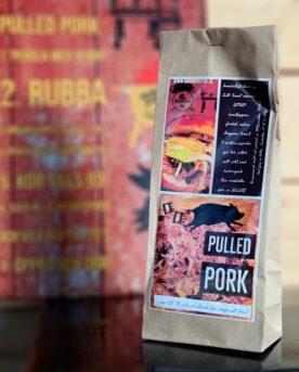 Pulled pork är en av de vanligare långkörarna på grillar smoker och kamados runt om i stugorna i Sverige. Testa BBQmonster omtyckta kryddblandning för Pulled pork en rub för pulled pork som tillför fylliga smaker och bidrar till en bättre bark på köttytan.