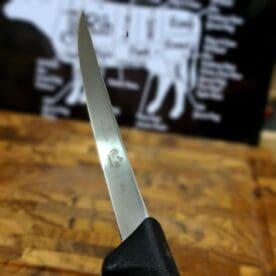 Putskniv smalt blad - proffsig kniv med ultrasmalt blad - Putsa filérna med Victorinox Detta är en en grym putskniv med ultrasmalt blad (max 15mm). Den smala putskniven har ett relativt styvt blad vilket gör den väldigt stabil i handen och lätt att hantera. Putsknivar från Victorinox används professionellt. Fokus på användarvänlighet, enkelhet att rengöra och ergonomi ligger i fokus. Skaftet är av konstmaterial som ger ett extremt bra grepp och som är enkelt att rengöra. Handtaget passar både höger- och vänsterhänta. Både skaft och blad är helt fritt från mikroporer vilket gör att både blad och handtag går att får helt rent och desinficerat. TÅL DISKMASKIN! Swiss Made av Victorinox - ett kvalitetsföretag som inte kräver närmre beskrivning. Längd på bladet: 12 cm Längd på skaftet: 13 cm