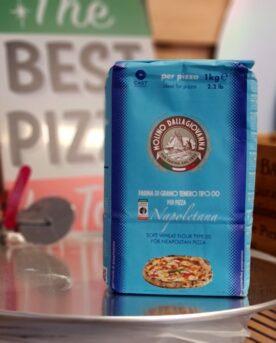 """Tipo 00 mjöl För Pizza - Farina di grano tenero - Napoletana - rätt mjöl för best pizza in town! Detta mjöl är ett äkta napolitanskt tipo 00 mjöl för pizzabakning Rätt tid, rätt utrustning - här är utrustningen! Tipo 00 mjöl är ett proteinstarkt vetemjöl med rötterna...ehh...groddarna i Napoli. Mjölet från Dalla Giovanna har fått grönt ljus av Vera Napoletana - en rörelse som vill göra allt i sin makt för att skydda hantverket kring """"Napoletana Pizzas"""". Detta Tipo 00 mjöl är ett glutenstark mjöl som passar utmärkt för långjäsning och såklart ett mjöl som ger en dig den väl avvägda balansen mellan """"krispigt och segt"""" som för många kännetecknar en napolitansk pizza med leopardmönstrad kant. Att göra pizza på grillen är en fröjd för alla sinnen. Testa att lägga med ett par bitar av olivträ eller annat trä för att skapa både varmare klimat och godare doft. Torrt trä brinner hetare än både kol och briketter. Vill du inte använda trä i din grill så bör du vara noga med att använda en kolsort som klarar att bära iväg hettan en bit över 300 grader, gärna runt 350 grader. BBQmonster rekommenderar Kamado Joe big block alternativt Best Charcoal Ek och Björk - två sorters kol som kan leverera riktigt höga temperaturer och ändå förbli stabila utan gnistor och sprätt. Skydda dina tassar med dessa värmetåliga handskar"""