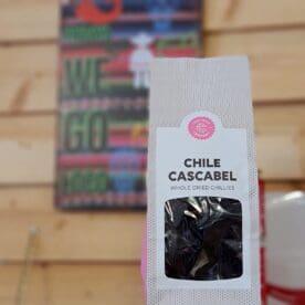"""Cascabel chili 45 gram - torkad chili Cascabel med viss syrlighet med drag åt tobak och nötter En annorlunda torkad chili, inte fullt så känd som Ancho, Chipotle, guajillo, pasilla och Mulato - och det gillar vi! Denna chili är rund som en boll, blank som ett polerat körsbär och inuti rasslar fröna likt en skallra - därav namnet Cascabel. Den runda formen har även gett den smeknamnet """"chili bola"""" eller """"bola chili"""". Hur som helst är detta en chili som kompletterar de andra chilisorterna mycket väl. Smakerna drar på tobak, nötter men ändå med en viss syrlighet som du även finner i guajillo. För att fortsätta på temat annorlunda så kan du testa att tömma den på fröna, platta ut den och därefter rosta den i en torr het stekpanna. Genom detta så släpper du fram ännu mer smaker. Därefter kan du koka den i vatten tillsammans med Mulato, Ancho, Chipotle, Guajillo och kanske en buljongtärning och lite muscvado socker, och låt den puttra en kvart. Mixa därefter med stavmixer och du har grunden för en Beef chili Taco gryta eller en BBQ - sås Nettovikt 45 gram"""