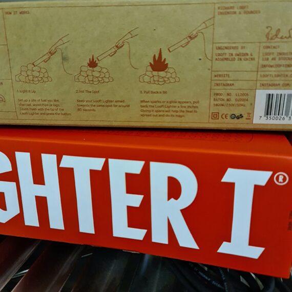 """LooftLighter - tänder kolen på 60 sekunder - en drake i 2000tals kostym LooftLighter, en svensk uppfinning, där Herr Richard Looft kan tänkas blivit inspirerad av en drakes kraftfulla lågor. Vi pratar om en elektrisk tändare som likt en dopad luftvärmepistol flåsar igång kolen på 60 sekunder. LooftLighter är alltså en perfekt pryl för dig som vill tända kolen lika fort som det tar att starta en gasolgrill. Looftlighter passar lika bra för grillkol som för briketter som för trä i öppna spisen. Tänk på att olika träslag är olika bra på att hantera att bli """"aggressivt"""" tända. Stabila träslag som inte bildar gnistor i någon större omfattning är quebracho blanco (vit ek), Binchotan style, ek, bok, hickory, körsbär, äpple. Träslag som kan sprätta och smälla lite mer när de provoceras är alla former av barrträd men även träslaget Marabu (aka Cuba kol). När du skall tända dessa träslag så rekommenderar BBQmonster att du istället smyger igång glödbädden med tändkuber."""