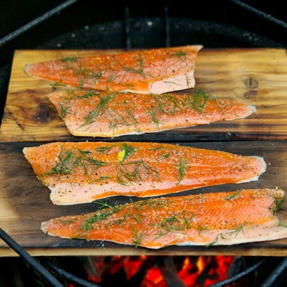 Cederplanka XL Rökplanka för fisk och kött - Kanadensisk red cedar trä - 2st a 40x19 cm per paket Cederplanka / Rökplanka av cedarträ - ett lika elegant sätt att presentera den nyrökta fisken eller köttbiten som ett gott sätt att smaksätta dina delikatesser! Blötlägg Cedar plankorna i minst ett par timmar. Torka torrt. Placera din fisk/kött på plankan och placera därefter över den heta kolen. Ju hårdare du pressar plankan med värme desto mer rök kommer att utvecklas (samtidigt som livslängden förkortas). Plankan kommer att slå sig men går utmärkt att återanvända gång efter gång så länge du låter bli att totalt elda upp den...när den väl är uttjänt så bryter du den i mindre bitar och använder den som rökspån! Tips: vill du intensifiera röksmaken så adderar du rökflis eller träpellets. Detta paket innehåller två XL ceder plankor med måtten 40x19