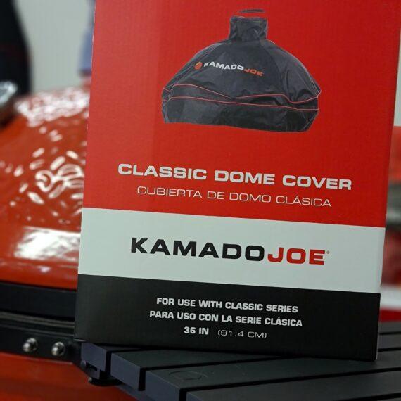 """Regnskydd """"Dome cover"""" Ett väderskydd för inbyggd kamado Kamado Joe Classic Regnskydd för inbyggd kamado, ett skräddarsytt väderskydd för Kamado Joe Classic (alla versioner) och andra 47cm kamados. ÄNTLIGEN säger alla som byggt utekök och däri byggt in sin Kamado - detta är ett """"dome cover"""", alltså ett skydd som täcker från skorstenstoppen ned till bordskivan vid din inbyggda kamado. Skydda din röda skönhet från pollen, regn, snö eller sandstormar - vem vet vad som händer här näst. Med detta skydd maximerar du livslängden och inte minst lika viktigt - håller din Kamado redo för grillning året runt. Ett """"dome cover"""" skiljer sig från de andra regnskydden eftersom att det endast täcker själva locket och skorstenen på din inbyggda kamado. Detta regnskydd är skräddarsytt för Kamado JOE Classic och passar både version 1, version 2 och version 3. Gissningsvis passar det även samtliga andra kamados i storlek kring 47 cm i grillyta, exempelvis Big Green Egg L med flera. På baksidan av skyddet finns det ett ventilationshål (se bild) och tanken är att skapa ett nyttigt flöde av luft för att förhindra en allt för fuktig miljö på grund av kondens. Det finns två snabbfästen för att säkert kunna förankra regnskyddet. Vid skorstenen finns ett handtag för att förenkla hanteringen."""