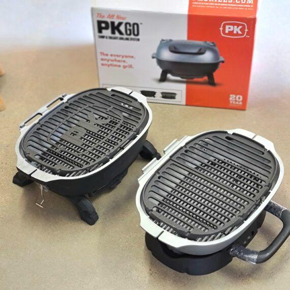 """PK go Flipkit Sverige - den ultimata portabla grillen - grilla i locket eller styr tempen med locket - byggd i tjock aluminium, galler av gjutjärn - håller en livstid - delbar - grilla även fristående i locket - reglera tempen med flera ventiler Det finns portabla grillar i god kvalitet sen finns det PK Go Flipkit - en grill som tar begreppet """"picknic grill"""" till en ny nivå - tveklöst så. Sveriges husvagnsägare, husbilsentusiaster, balkonggrillare och kanske även du som söker en stationär kolgrill av bästa kvalitet kan nu sluta leta, här finns en grym grill. Med denna grillen kan du grilla både direkt och indirekt (två-zons-grillning). God nog även i uteköket PK Go Flipkit är en portabel grill god nog att stå som en ordinarie grill i vilken trädgård som helst. Kvaliteten på PK Go grillen är bland det brutalaste som BBQmonster känt. Från uppackningen av kartongen som i sig själv består av segstark wellpapp och vidare så imponeras man av känslan. Själva grillen ligger i formgjuten skumplast och inga lösa delar finns, inget skramlande, inga repor - buntband och krympfilm i grov kvalitet håller allt på plats. Design och funktion Det smått unika med PK Go är att den är byggd som ett motorblock av aluminium, flera mm tjockt, där """"locket"""" även är byggt för att agera som en extra grill (helt fristående). Så valet är att antingen grilla på en grillyta och använda locket som...just ett lock, annars skiljer du utan verktyg, locket från grillkroppen. Locket vänder du nedåt och placerar i den medföljande vaggan, vilken ser till att upprätta luftflöde in mot kolen. Det medföljer gjutjärnsgaller till båda grillarna, båda i samma storlek och båda i gjutjärn, varav det ena är uppdelat i två halvor för enklare hantering.Handtaget är av bakelit (du skall ej bära grillen i handtaget!). När du packar ihop grillen så ryms samtliga delar inne i grillen och du låser den med två rejäla hakar på grillens båda sidor. Eftersom att grillen är mycket tätslutande så har man gjort en speciell ingå"""