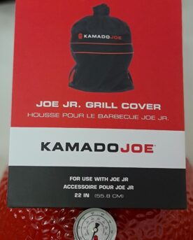Regnskydd för Kamado Junior, ett väderskydd för bordsgrillar 37cm Regnskydd, väderskydd för Kamado Joe Junior Skydda din röda skönhet från regn, pollen, snö eller sandstormar - vem vet vad som händer här näst. Med detta skydd maximerar du livslängden och inte minst lika viktigt - håller din Kamado redo för grillning året runt. Detta regnskydd är skräddarsytt för Kamado Junior Joe från Kamado Joe o. Gissningsvis passar det även andra kamados i storlek kring 33 - 37 cm i grillyta. Vid skorstenen finns ett handtag för att förenkla hanteringen.