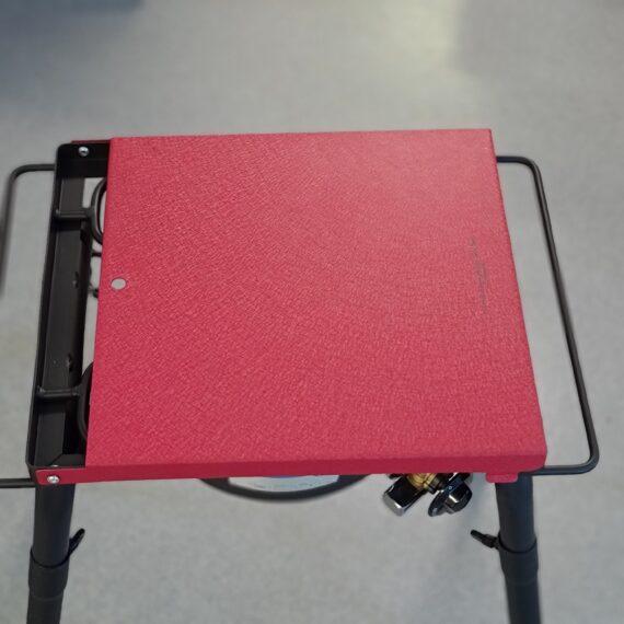 """Stekbord Stekhäll - gjutjärns plancha på benställning och en rejäl brännare Stekbord eller så kallad """"gjutjärns plancha"""" som kommer med ett benställning som medger antingen en placering på medföljande benen, vilket då ger en arbetshöjd på 80cm. Alternativet är att placera stekbordet och brännaren direkt på """"stumparna"""" på en redan befintlig arbetsyta, exempelvis i ett utekök. Stekbordet har en bredd på 40 cm och ett djup på ca 36 cm. Fettet kan ledas ned i en fettränna och vidare ner i en uppsamlare. Gjutjärn är för dig som vill ha högsta möjliga ledningsförmåga och därmed optimalt STEKYTA. Det enda som du byter bort är att du behöver visa stekhällen lite mer kärlek än om du väljer rostfritt . Ta för vana att alltid diska i varmvatten (direkt över brännarna) och efteråt smörja in det med olja/fett. Idag finns det en uppsjö av stekhällar på marknaden, vissa är inte värda namnet """"stek"""". Ett bättre namn skulle för vissa hällar vara """"kokhällar"""" då ett f för tunt material inte kommer göra annat än trycka ut vätska ur råvaran och därefter inte ha kraften att leda bort vätskan genom kondensering. Jämför med att steka kött i en tunn teflonpanna eller robust tungt stekjärn av gjutjärn. Tjockare gods ackumulerar energi (värme +) och när kall råvara läggs dit (energi -) finns det goda möjligheter att det """"fräser till"""" och """"stekning"""" per definition är uppnådd. För att lyckas steka råvaran är följande ett måste: a) effektiva brännare - check! b) tjockbottnad plancha - check! (4mm) Montering: Stekbordet monteras på ett par minuter och ändå är den bland det mest robusta du kan finna på marknaden. Komplett: Stekbordet kommer komplett med regulator och det enda du behöver addera är råvaran och en gasoltub. Mått och vikt: Arbetshöjd: 80 cm Storlek på gjutjärns planchan: 40 x 36cm Vikt (planchan): 7,5kg Brännare: 30 mb"""