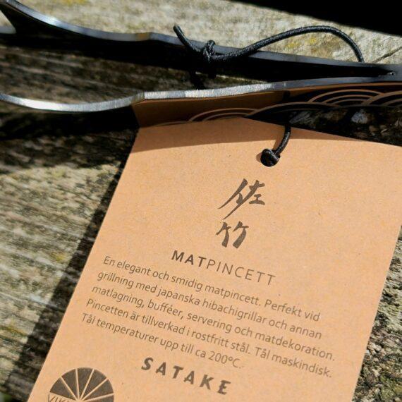 Matpincett - snygg, smidig hibachi-tång, kökspincett för matlagning och uppläggning Ett perfekt tillbehör för din japanska bordsgrill Med en matpincett som denna kan du pilla, vända, trycka och lägga upp utan att komma i kontakt med råvaran - matpincetten blir en förlängning av dina nypor! Denna hibachitång blir helt perfekt som tillbehör till din japanska bordsgrill. Hur ofta är man inte där med fingertopparna och - oh ah oh vaaaarmmmt - försöker vända en bit lök i stekpannan, en potatisklyfta i ugnsformen eller något annat där man önskar mer värmetåliga nypor. Här har du lösningen - en kockpincett. Med denna matpincett får du ytterligare räckvidd och kan med ett enkelt handgrepp vända, plocka och klämma på köttskivorna, lökringarna eller potatisklyftorna. En matpincett gör det även lättare att få till snygga uppläggningar, även om du skulle sakna fingertoppskänsla ;)