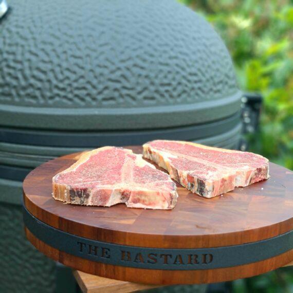 """Butcher block Slaktar kubb - snyggaste prepareringskubben - 6cm tjock, 40cm i diameter - metallring för upphängning Detta butcher block blir ett blickfång och praktiskt tillbehör i köket, väldigt instagramvänlig look. Butcher Block är gjort av acacia trä och har gummitasssar på undersidan för att stå bra i köket eller utköket. Med sin tjocklek på hela 6cm och en diameter på 40cm blir matchvikten nästan 5kg! Det innebär att den minst sagt är robust och står därmed säkert utan att kasa. I takt med din användning av detta butcher block kommer givetvis """"skärsår"""" och repor uppstå men tanken med denna rustika skärbräda är att den skall användas och det skall synas (om du är ute efter något som ser ut som nytt även efter användning så är detta fel pryl för dig). En cool detalj är det grov metallbandet som går runt blocket och som har en ring för upphängning på en vägg eller en rejäl slaktarkrok Skärbrädan / butcherblocket av acacia är är både praktiskt och snyggt och passar utmärkt på både julbordet, midsommarafton och kräftskivan. Måtten på denna skärbräda / butcherblock är: Diameter: 40cm Tjocklek: 6cm Träet är grundinoljat för att förhindra sprickbildning. Torka av ytan noggrant med en trasa doppad i ljummet vatten och torka torrt. För att underhålla träet kan du använda en olja för köksbänkar."""