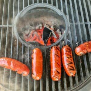 """Chorizo av iberico gris Pris och förpackningsstorlek: 199 kr per kg - ca 0,4kg per förpackning (= 5 kvalitets korvar för ca 80kr) Styckefrysta chorizokorvar gjorda av den spanska rasen """"iberico"""" också känd som svartfotsgrisen från Spanien. Köttig och tillräckligt fet korv för att klara att grillas en stund utan att dö på gallret. Smaken är fyllig och med en lagom hetta (som alla klarar). Innehåller endast SPÅR av GLUTEN, SOYA och LAKTOS Lager status: i lager Så här grillar du Chorizo: Nä du! Det löser du... ;) Servera gärna med spröda tortillachips och en god salsa eller splasha över Valentina hotsauce!"""