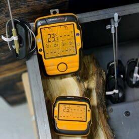 Trådlös grilltermometer Thermopro TP-27c 4 givare (probes) Trådlöst mellan sändare och mottagare upp till 80 meters räckvidd Söker du en bra och smidigt Trådlös grilltermometer? Om du inte är ute efter något annat än att kunna trycka igång termometern med en knapptryckning för att sen kunna övervaka grillningen, både köttet och grilltempen, trådlöst och korrekt - då är detta modellen du söker. Ingen mobiltelefon, ingen app - en trådlös TERMOMETER rakt upp och ned - en sändare som du placerar vid grillen och en mottagare du tar med dig, upp till 80 meters räckvidd Ny modell - ännu mer gedigen Trådlösa termometern Thermopro TP27c är den uppföljaren till den omåttligt omtyckta och populära Thermopro TP20. Thermopro TP-27c är en mycket robust och tålig termometer som är byggd ännu mer robust. Känslan när man packar upp den samma som man får när man packar upp en proffsig skruvdragare eller ett lasermått - robust, stöttålig. Modellen har nu 4 givare (probes). Gummihöljet gör den stöttåligare och gör den så pass vattenskyddad att den klarar av att glömmas kvar utomhus även en svensk midsommarafton. Enkel och pålitlig med god räckvidd som förmodligen också gör det möjligt att ta en bärs hos grannen med bibehållen kontakt med grillen. Touch for light Genom att bara röra på ovansidan av både sändare och mottagare så aktiverar du bakgrundsbelysningen som gör den tydliga displayen ännu mer lättläst. Displayen på både sändare och mottagare har en display som är uppdelad i fyra fält, vilket innebär att du då kan se samtliga probes aktuella temperaturer. Givarna är viktiga Fyra givare gör att du kan välja att mäta i 4 olika punkter i köttet (eller fyra helt olika köttbitar). Detta är perfekt vid ojämnt tjocka bitar som Rostas eller Picanha. En av givarna kan också användas för att mäta temperaturen i grillen, röken (eller ugnen...). För att då ge givaren (proben) längsta möjliga livslängd följer det med en gallerhållare som håller givaren ovanför gallret. Genom att använda hållar