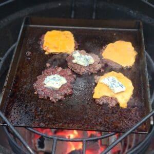 """Stekbord / BBQmonster - 5,5 kg kolstål perfekt för smash burgers - för 47cm grillar / kamados och uppåt Detta stekbord i kolstål passar perfekt i Kamados och grillar i storlek 47cm och uppåt. Storleken gör att det kan cirkulera tillräckligt med luft runt och lämpar sig även för klassiska klotgrillar (likt 57:an). Lägg till BBQmonsters rostfria Smasher och du har ett smash burger kit som kommer ge dig många goa smashade burgare! BBQMonster tröttnade på upputsade (för hur länge är ett stekbord skinande rent?) och snuskigt dyra stekbord och kontaktade ett lokalt företag och bad om ett stekbord i kolstål som levde upp till följande kriterier: Kolstål - för bästa värmeledningsförmåga Maximerad storlek för en 47cm kamado (kamado joe classic, BGE large mfl) Kraftigt stål för att kunna få vätska att avdunsta snabbt Kanter på tre av sidorna för att fånga fett och underlätta flippandet En inbränd logo för att visa var det kommer ifrån Ut från """"smen"""" kom ett hundratal produkter och där stekbordet i sig vägde in sig på en stabil matchvikt runt 5.5kg och måtten 34cm x 32 cm med en 4cm hög kant och ett gods som är 6mm tjockt. More is more Ju grövre gods desto mer energi kan lagras i metallen. När du lägger på en bit kött kommer energi (värme) stjälas från godset. Är godset för tunt blir det snabbt kallt och du får inte den önskade karamelliserade ytan utan köttets yta blir snarare lätt kokt under en kort tid. Grovt kolstål likt detta kan ackumulera mycket värme och ger ett högre värmeanslag mot livsmedlet detta oavsett om vi pratar om ett stekbord eller stekpanna i gjutjärn. Smash burgers Smashburgers är inte längre en trend utan är numera standard för att göra fina burgare på bra färs. För att lyckas med en fin smashad burgare så behöver du bra färs, gärna av högrev, gärna av grainfed blackangus, och en fetthalt som närmar sig 20% (det finns såklart i butiken ;)). Därefter behöver du en värmekälla som ger dig runt 300 grader (BBQMonster rekommenderar kolen av Björk/EK) samt ett """
