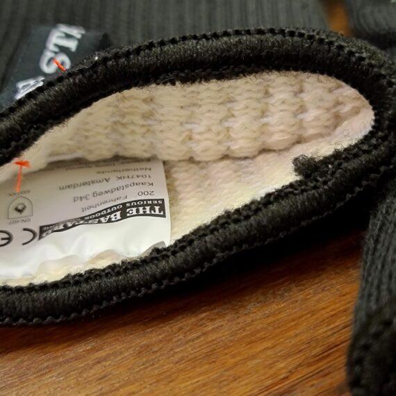 Bastard Grillhandskar BBQ Gloves - Värmetåliga Handskar - skyddar bättre än läder! Grillvantar, BBQ gloves, BBQ-handskar, Värmetåliga handskar - Ett måste för Kamado-ägaren eller den som tröttnat på grilltången. Detta är ett par Grillvantar, BBQ gloves, BBQ-handskar, Värmetåliga handskar som älskas av kunderna. Smidiga, bekväma och inte viktigast av allt - värmetålig utsida som tåler upp till 500 grader C. Fodret är mjuk och bekvämt och framförallt är det fastsytt så att du inte står där med en handske ut-och-in stup i kvarten. Silikonmönster på båda sidorna förbättrar greppet och passar oavsett vilken handske som dina händer glider in i. Extra långa Grillvantar, BBQ gloves, BBQ-handskar, Värmetåliga handskar (32 cm) vilket ger dig skydd en bit upp på underarmarna. AnvändGrillvantar, BBQ gloves, BBQ-handskar, Värmetåliga handskar för att flytta galler, deflektorstenar etc. Priset är för ett par (alltså 2 stycken handskar) Grov rejäl kvalitet Extra långa (skyddar handlederna) Tvättbara i maskin OBS: väta försämrar värmeskyddet, används torra. Om du skall transportera heta objekt under längre stunder i sträck kommer handsken bli uppvärmd oavsett hur bra värmeskyddet är, handskarna är gjorda för att utsättas för värme under kortare stunder åt gången. Storleken är rejält tilltagen för att passa alla (okej - är du svartsmed med svullna händer så kan det bli tight men annars...).
