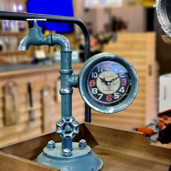 """Bordsklockor Retro, välj mellan Vintage eller industri -stil. Stilfulla Bordsur gjorda i metall. Dessa stilfulla bordsklockor i retro look flirtar med både Vintage, shabby chick och industri stil. Klockan drivs av ett quarts-verk som använder sig av ett styck AA (R6) batteri. Bordsklockorna retro look finns i två färger och båda är gjorda med unika detaljer som påminner om rost : SVART """"MINTGRÖN"""" Retro klockorna är avbilder av klassiska bruksting och prylar: Klocka Gitarr Klocka Plumber (rörkonstruktion) Klocka Tjock-TV Klocka Ficklampa Klocka Strålkastare Scen"""