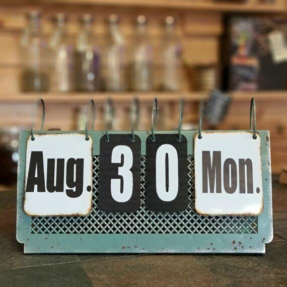 """Evig kalender - perpetual calender - Bordsalmanacka Retro / industri -stil, - gjord i metall Stilfull """"evig kalender"""" där du manuellt själv bestämmer vilken dag, vilket datum och år som gäller idag... Perpetual calender i retro look som flirtar med både Vintage, shabby chick och industri stil. Inte ett batteribyte på tusen år! Bordskalendern är gjord med unika detaljer som påminner om rost vilket ger ett väldigt rustikt och charmigt intryck."""