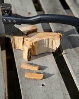 """Yxa - perfekt för att klyva woodchunks och rökved till mindre stickor Med baksidan krossar du enkelt kolbitar som är för stora Stark, vass och smidig yxa som gör sig perfekt i din grillhörna! Det omvända problemet kallar BBQMonster det när kolbitarna är FÖR stora! Yepp - sånt som händer med bra kol...denna yxa har en trubbig baksida som du kan ha för att krossa binchotan kol eller quebracho blanco kol till mindre bitar när du så önskar. Med denna vassa yxa klyver du enkelt chunks och rökved till mindre bitar. Chunks är beskrivning av en knappt knytnävsstor träbit - en vedklabb sågad i ungefär 4 bitar och kluven 1 eller 2 gånger. Fördelen med chunks före wood chips och rökspån är att en trä-chunk inte brinner upp medans du stänger locket och tar en sipp av ölen. För stora bitar trä kan dock vara svåra att skapa en bra rök med. Bra rök är en klar rök som inte går åt brunt...genom att mata den inledande svaga glöden med mindre bitar trä så ökar du chansen att röken håller sig """"frisk"""". Specifikation Vikt: ca 0,5kg Längd: 28cm Huvudet på yxan har måtten: 8cm x8cm Yxan kommer med en slida för att skydda eggen, fingrar och för att kunna hänga den i skärpet eller på en ryggsäck. Om att använda trä för att skapa rök: Blött trä släcker delvis glöden från kolen och skapar oftast en smutsigare rök. Målet när du tillför rökträ är att skapa en fullständig förbränning där röken är klar och fin, inte tjock och mullrande. Thin blue smoke pratar det stora landet i väster om och även om det inte alltid är blå rök som lämnar skorstenen så kan du ha det i bakhuvudet: mörk rök är dåligt, vit rök är bättre men inte bra, ljus eller blåskimrande rök är frisk rök och ger bäst smak och doft. Om du upplever att röken inte är ljus kan du testa att öppna spjällen något mer och på så sätt förbättra förbränningen. Var dock noggrann med att se till att temperaturen inte rusar iväg. När du kör low & slow kan det vara idé att sprida ut 3-6 chunks över kolen så att rök tillförs under hela sessionen, b"""