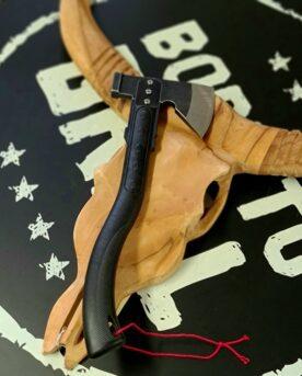 """Yxa L - perfekt för att klyva woodchunks och rökved till mindre stickor Med baksidan krossar du enkelt kolbitar som är för stora Stark, vass och smidig yxa som gör sig perfekt i din grillhörna! Det omvända problemet kallar BBQMonster det när kolbitarna är FÖR stora! Yepp - sånt som händer med bra kol...denna yxa har en trubbig baksida som du kan ha för att krossa binchotan kol eller quebracho blanco kol till mindre bitar när du så önskar. Med denna vassa yxa klyver du enkelt chunks och rökved till mindre bitar. Chunks är beskrivning av en knappt knytnävsstor träbit - en vedklabb sågad i ungefär 4 bitar och kluven 1 eller 2 gånger. Fördelen med chunks före wood chips och rökspån är att en trä-chunk inte brinner upp medans du stänger locket och tar en sipp av ölen. För stora bitar trä kan dock vara svåra att skapa en bra rök med. Bra rök är en klar rök som inte går åt brunt...genom att mata den inledande svaga glöden med mindre bitar trä så ökar du chansen att röken håller sig """"frisk"""". Specifikation Vikt: ca 0,7kg Längd: 38cm Huvudet på yxan har måtten: 14cm x9cm Yxan kommer med en slida för att skydda eggen, fingrar och för att kunna hänga den i skärpet eller på en ryggsäck. Om att använda trä för att skapa rök: Blött trä släcker delvis glöden från kolen och skapar oftast en smutsigare rök. Målet när du tillför rökträ är att skapa en fullständig förbränning där röken är klar och fin, inte tjock och mullrande. Thin blue smoke pratar det stora landet i väster om och även om det inte alltid är blå rök som lämnar skorstenen så kan du ha det i bakhuvudet: mörk rök är dåligt, vit rök är bättre men inte bra, ljus eller blåskimrande rök är frisk rök och ger bäst smak och doft. Om du upplever att röken inte är ljus kan du testa att öppna spjällen något mer och på så sätt förbättra förbränningen. Var dock noggrann med att se till att temperaturen inte rusar iväg. När du kör low & slow kan det vara idé att sprida ut 3-6 chunks över kolen så att rök tillförs under hela sessionen"""