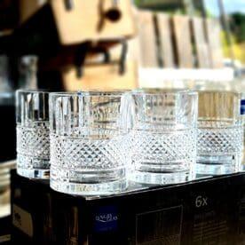 """Bourbonglas - """"Brillante"""" - 6 Tumblerglas - Klassiker för Whiskey on the rocks """"Brillante"""" ett 6pack Bourbon och Whiskey Tumblerglas av ett klassiskt och stilrent snitt, inte sällan sedda i filmer. En perfekt present till dig själv eller någon som uppskattar bourbon och whiskey. Tublerglas av denna stil är ett klassiskt glas för Bourbon, American Whiskey, Tennesse Whiskey och Kentucky Straight bourbon. Samtliga varianter av whiskey drickes med fördel i denna typ av Bourbonglas - ett glas som rymmer ett par större isbitar på bredden. Brillante Bourbonglas är kristallklara, vilket framhåller och låter dryckens nyanser lysa igenom, samtidigt som mönsterna låter ljus och skuggor reflekteras på ett stilfullt sätt. Glaset rymmer drygt 30cl och är 10 cm högt samt 8 cm i diameter Professionell kvalitet Kristallklar briljans Anpassat för maskindisk Glasen är tillverkade i Italien i en CO2 neutral fabrik. Glasen är till 100% återvinningsbara. BBQmonster berättar: Vad är skillnaden på Whisky, Whiskey och Bourbon? Whisky, whiskey eller bourbon - det finns såklart böcker skrivna på ämnet men lite grundtankar som du kan ta med dig när du pratar och diskuterar """"whiskey"""". Whiskey med """"ey"""" på slutet pekar oftast på att whiskeyn är från andra sidan atlanten - USA, Kanada. Bourbon är en gren av Whiskey trädet. För att en whiskey skall få kallas """"Bourbon"""" ska den bland annat uppfylla att minst 51% av malten bestått av majs. Resten kan komma från korn, vete eller råg, endera eller som en mix. Inga färgämne får användas och det skall ha lagrats på nya kolade fat av amerikansk ek. Det sistnämnda tillför den klassiska doften och smaken av vanilj. Om en Bourbon har lagrat på fat mer än två år får den kallas för """"Straight Bourbon"""". Bourbon är oftast en mild bekantskap oavsett från vilket område den kommer men testa dig fram, det skiljer mycket och inte minst i sötman. Många uppskattar Bourbon och Whiskey bättre när drycken serveras över isbitar som sänker tempen och får sötman att jämna ut s"""