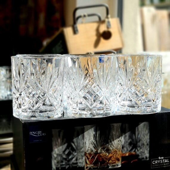 """Bourbonglas - """"Melodia"""" - 6 Tumblerglas - Fasettslipat glas för Whiskey on the rocks Melodia"""" ett 6pack Bourbon och Whiskey Tumblerglas gör ingen besviken. Grymt snygga och välarbetade whiskeyglas som har rejäl tyngd. En perfekt present till dig själv eller någon som uppskattar bourbon och whiskey. Tublerglas av denna stil är ett klassiskt glas för Bourbon, American Whiskey, Tennesse Whiskey och Kentucky Straight bourbon. Samtliga varianter av whiskey drickes med fördel i denna typ av Bourbonglas - ett glas som rymmer ett par större isbitar på bredden. Melodia Bourbonglas är kristallklara, vilket framhåller och låter dryckens nyanser lysa igenom, samtidigt som fasettslipningarna låter ljus och skuggor reflekteras på ett stilfullt sätt. Glaset rymmer drygt 30cl och är 10 cm högt samt 8 cm i diameter Professionell kvalitet Kristallklar briljans Anpassat för maskindisk Glasen är tillverkade i Italien i en CO2 neutral fabrik. Glasen är till 100% återvinningsbara. BBQmonster berättar: Vad är skillnaden på Whisky, Whiskey och Bourbon? Whisky, whiskey eller bourbon - det finns såklart böcker skrivna på ämnet men lite grundtankar som du kan ta med dig när du pratar och diskuterar """"whiskey"""". Whiskey med """"ey"""" på slutet pekar oftast på att whiskeyn är från andra sidan atlanten - USA, Kanada. Bourbon är en gren av Whiskey trädet. För att en whiskey skall få kallas """"Bourbon"""" ska den bland annat uppfylla att minst 51% av malten bestått av majs. Resten kan komma från korn, vete eller råg, endera eller som en mix. Inga färgämne får användas och det skall ha lagrats på nya kolade fat av amerikansk ek. Det sistnämnda tillför den klassiska doften och smaken av vanilj. Om en Bourbon har lagrat på fat mer än två år får den kallas för """"Straight Bourbon"""". Bourbon är oftast en mild bekantskap oavsett från vilket område den kommer men testa dig fram, det skiljer mycket och inte minst i sötman. Många uppskattar Bourbon och Whiskey bättre när drycken serveras över isbitar som sänker tempen oc"""