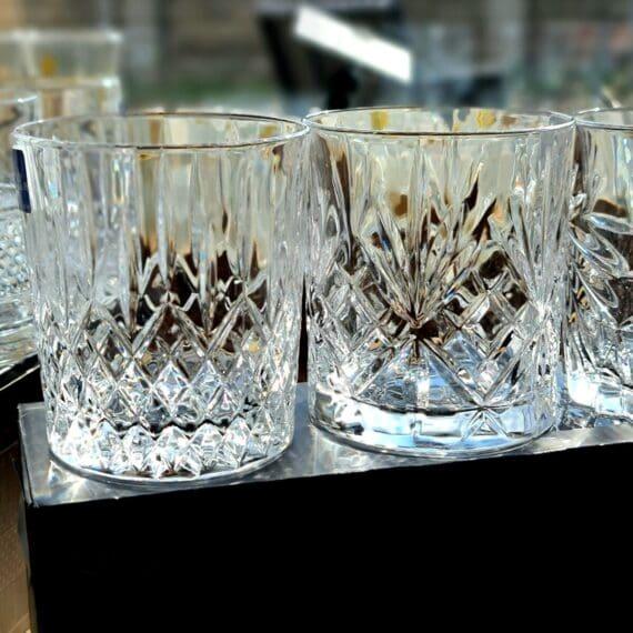 """Bourbonglas - Selection 4 Tumblerglas i fyra stilar - Kristallglas för Whiskey on the rocks Selection av Bourbon och Whiskey Tumblerglas i ett fyrpack - Selection - som ger dig fyra olika designer att välja på utefter din känsla för aktuell dryck. En perfekt present till dig själv eller någon som uppskattar bourbon och whiskey. Tublerglas av denna stil är ett klassiskt glas för Bourbon, American Whiskey, Tennesse Whiskey och Kentucky Straight bourbon. Samtliga varianter av whiskey drickes med fördel i denna typ av Bourbonglas - ett glas som rymmer ett par större isbitar på bredden. Selection Bourbon glas är kristallklara, vilket framhåller och låter dryckens nyanser lysa igenom, samtidigt som fasettslipningarna låter ljus och skuggor reflekteras i de mönster som pryder glasen. Glaset rymmer drygt 30cl och är 10 cm högt samt 8 cm i diameter Professionell kvalitet Kristallklar briljans Anpassat för maskindisk Glasen är tillverkade i Italien i en CO2 neutral fabrik. Glasen är till 100% återvinningsbara. BBQmonster berättar: Vad är skillnaden på Whisky, Whiskey och Bourbon? Whisky, whiskey eller bourbon - det finns såklart böcker skrivna på ämnet men lite grundtankar som du kan ta med dig när du pratar och diskuterar """"whiskey"""". Whiskey med """"ey"""" på slutet pekar oftast på att whiskeyn är från andra sidan atlanten - USA, Kanada. Bourbon är en gren av Whiskey trädet. För att en whiskey skall få kallas """"Bourbon"""" ska den bland annat uppfylla att minst 51% av malten bestått av majs. Resten kan komma från korn, vete eller råg, endera eller som en mix. Inga färgämne får användas och det skall ha lagrats på nya kolade fat av amerikansk ek. Det sistnämnda tillför den klassiska doften och smaken av vanilj. Om en Bourbon har lagrat på fat mer än två år får den kallas för """"Straight Bourbon"""". Bourbon är oftast en mild bekantskap oavsett från vilket område den kommer men testa dig fram, det skiljer mycket och inte minst i sötman. Många uppskattar Bourbon och Whiskey bättre när drycken """
