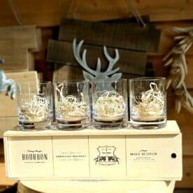 """Bourbonglas - """"Limited edt."""" - 4 Tumblerglas i snygg trälåda - perfekt present! - glas för Whiskey on the rocks Bourbon och Whiskey Tumblerglas i ett fyrpack - """"Limited edt"""" - som ger dig fyra olika designer att välja på utefter din känsla för aktuell dryck. En perfekt present till dig själv eller någon som uppskattar bourbon och whiskey. Tublerglas av denna stil är ett klassiskt glas för Bourbon, American Whiskey, Tennesse Whiskey och Kentucky Straight bourbon. Samtliga varianter av whiskey drickes med fördel i denna typ av Bourbonglas - ett glas som rymmer ett par större isbitar på bredden. Glasen rymmer ca 30cl och är 10 cm högt samt 7,5cm cm i diameter Professionell kvalitet Snygg etsning i glaset Kommer i trälåda BBQmonster berättar: Vad är skillnaden på Whisky, Whiskey och Bourbon? Whisky, whiskey eller bourbon - det finns såklart böcker skrivna på ämnet men lite grundtankar som du kan ta med dig när du pratar och diskuterar """"whiskey"""". Whiskey med """"ey"""" på slutet pekar oftast på att whiskeyn är från andra sidan atlanten - USA, Kanada. Bourbon är en gren av Whiskey trädet. För att en whiskey skall få kallas """"Bourbon"""" ska den bland annat uppfylla att minst 51% av malten bestått av majs. Resten kan komma från korn, vete eller råg, endera eller som en mix. Inga färgämne får användas och det skall ha lagrats på nya kolade fat av amerikansk ek. Det sistnämnda tillför den klassiska doften och smaken av vanilj. Om en Bourbon har lagrat på fat mer än två år får den kallas för """"Straight Bourbon"""". Bourbon är oftast en mild bekantskap oavsett från vilket område den kommer men testa dig fram, det skiljer mycket och inte minst i sötman. Många uppskattar Bourbon och Whiskey bättre när drycken serveras över isbitar som sänker tempen och får sötman att jämna ut sig - testa!"""