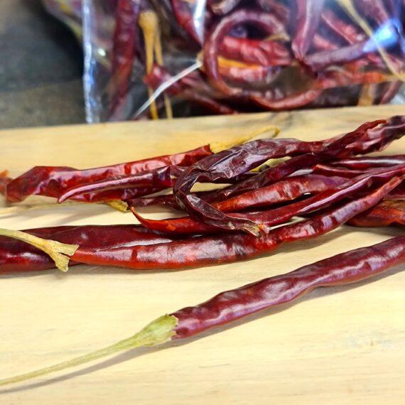 Chili Arbol 75 gram - torkad chili perfekt för salsa - tillför en fin hetta utan att döda smaklökarna Chili Arbol, eller chili de arbol är en lagom het chili (15 till 30 tusen scoville). Smaken pepparhet likt cayenne peppar. Skalet är tunt, smidigt och blankt. Arbol är perfekt att kombinera med mer smakrika chilisorter som i sig själva inte ger så mycket hetta (exempelvis ancho chili, pasilla, guajillo och mulato chili) Koka den i vatten tillsammans med Ancho, Guajillo och kanske en buljongtärning och lite muscvado socker, och låt den puttra en kvart. Mixa därefter med stavmixer och du har grunden för en Beef chili Taco gryta eller en BBQ - sås Nettovikt 75 gram (fler än 50 chilifrukter)
