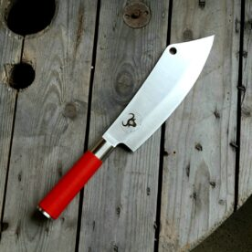 """Red Spirit """"Ajax"""" - Kockkniv av Tyskt rostfritt kolstål - proffskniv från F.Dick - grundat 1778. Kockkniven Ajax från F.Dick, kan det bli mer Cock...kniv än så frågar sig ordvitsaren. Skämt å sido, det är en Big Kock kniv från anrika F.Dick som grundades redan 1778. Kniven är en kombination av en rejäl kockkniv och en Cleaver / köttyxa, och med denna i din hand är inte en kotlettrad säker någonstans. Bladet är mycket stabilt och viker inte även vid hårdare tag. Knivarna från F.Dick i serien Red Spirit används professionellt av både styckare och slaktare. Fokus på användarvänlighet, enkelhet att rengöra och ergonomi ligger i fokus. Skaftet ger ett bra grepp och är enkelt att rengöra. Handtaget passar både höger- och vänsterhänta. Red Spirit Ajax är gjord för att kunna användas professionellt. Både skaft och blad är helt fritt från mikroporer vilket gör att både blad och handtag går att får helt rent och desinficerat. Made in Germany av tyskt kvalitetsstål med följande egenskaper: Kolstål med blandning X50CrMoV15 Hårdhet 56° HRC vilket är ett relativt mjukt stål - något som gör att du själv enkelt kan hålla din kniv vass. Total längd: 33cm Längd på bladet: 20 cm Längd på skaftet: 13 cm"""