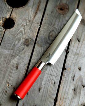 """Red Spirit """"Tanto"""" - Universalkniv av Tyskt rostfritt kolstål - proffskniv från F.Dick - grundat 1778. Universalkniv som kan spela många roller i köket. Butcher knife, Slaktkniv, Delningskniv från anrika F.Dick som grundades redan 1778. Knivtypen påminner om en japansk självmordskniv för misslyckade samurajer. Utformningen med den vässade och snedskurna avslutningen av eggen öppnar upp för att kunna skära mycket exakta snitt från udda vinklar. Bladet är mycket stabilt och viker inte även vid hårdare tag. Knivarna från F.Dick i serien Red Spirit används professionellt av både styckare och slaktare. Fokus på användarvänlighet, enkelhet att rengöra och ergonomi ligger i fokus. Skaftet ger ett bra grepp och är enkelt att rengöra. Handtaget passar både höger- och vänsterhänta. Red Spirit Tanto är gjord för att kunna användas professionellt. Både skaft och blad är helt fritt från mikroporer vilket gör att både blad och handtag går att får helt rent och desinficerat. Made in Germany av tyskt kvalitetsstål med följande egenskaper: Kolstål med blandning X50CrMoV15 Hårdhet 56° HRC vilket är ett relativt mjukt stål - något som gör att du själv enkelt kan hålla din kniv vass. Total längd: 34cm Längd på bladet: 22 cm Längd på skaftet: 12 cm"""