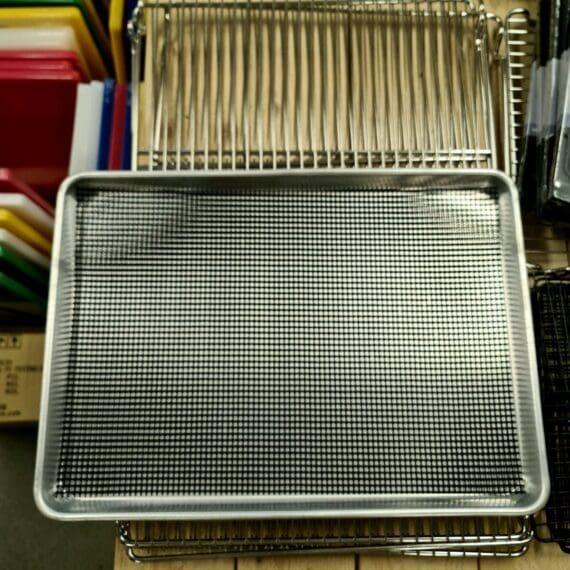 """Non-stick grillnät, 30x43cm, """"evigt bakplåtsnät"""" för grill, pelletsmoker, ugn och bakning även perfekt för ungsbakning istället för bakplåtspapper Non-stick grillnät gjort för att passa perfekt i en grill, på en plåt, en kylskåpsanpassad aluminiumbricka, pelletsmoker, en traeger mm. Grillnätet är perfekt när du röker eller tillagar mindre detaljer som annars riskerar trilla igenom ett vanligt grillgaller - som exempel när du tillagar burnt ends av sidfläsk, röker räkor, röker ost eller tillagar mindre grönsaker och liknande. Tack vare hålen i nätet (jämför med en grillmatta) så kan röken bättre nå råvaran och vätskan kan droppa igenom nätet. På samma sätt kan Non-stick grillnät användas i ugnen när du ugnsrostar potatis och grönsaker mm. Non-stick Grillnät kan användas om och om igen och kan användas på mängder av sätt, även klippas till andra storlekar om så önskas. Materialet är ungefär dubbelt så tjockt som andra på marknaden tillgängliga varianter. Grillnätet tål upp till 260 grader och tåler att diskas i maskin. Båda sidorna kan användas. Materialet är fritt från skadliga PFOA"""
