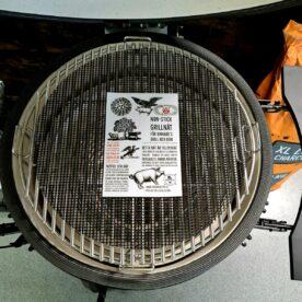"""Non-stick grillnät, runt 40cm, """"evigt bakplåtsnät"""" för kamado grill, pelletsmoker, ugn och bakning perfekt för bbq burnt ends eller rökta räkor Non-stick grillnät gjort för att passa perfekt i en grill, på en plåt, en kylskåpsanpassad aluminiumbricka, pelletsmoker, en traeger mm. Grillnätet är perfekt när du röker eller tillagar mindre detaljer som annars riskerar trilla igenom ett vanligt grillgaller - som exempel när du tillagar burnt ends av sidfläsk, röker räkor, röker ost eller tillagar mindre grönsaker och liknande. Tack vare hålen i nätet (jämför med en grillmatta) så kan röken bättre nå råvaran och vätskan kan droppa igenom nätet. På samma sätt kan Non-stick grillnät användas i ugnen när du ugnsrostar potatis och grönsaker mm. Non-stick Grillnät kan användas om och om igen och kan användas på mängder av sätt, även klippas till andra storlekar om så önskas. Materialet är ungefär dubbelt så tjockt som andra på marknaden tillgängliga varianter. Grillnätet tål upp till 260 grader och tåler att diskas i maskin. Båda sidorna kan användas. Materialet är fritt från skadliga PFOA"""