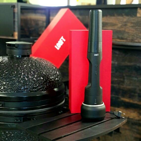 """LooftLighter X - TRÅDLÖS tändare - tänder kolen på 60 sekunder tänder grillkol tänder briketter tänder ved tänder rökved tänder spån vid rökning tänder pizzaugnen - och vi tänder på den! - 600 grader! hantverkare ser möjligheter till en trådlös, kraftfull varmluftspistol i denna pryl. Senaste modellen av grilltändare där ett kraftfullt litium-jon batteri snabbladdas på 2 timmar och därefter har kraft att blåsa liv i upp till tio grillsessioner, brasor eller varför inte pizzaugnar?! LooftLighter X, en svensk uppfinning, där Herr Richard Looft kan tänkas blivit inspirerad av en drakes kraftfulla lågor för detta är ett monster. Vi pratar om en laddningsbar grilltändare / braständare som likt en dopad luftvärmepistol flåsar igång kolen på 60 sekunder. LooftLighter X är alltså en perfekt pryl för dig som vill tända kolen lika fort som det tar att starta en gasolgrill. Genom att den är laddningsbar och därmed trådlös så öppnar sig nya möjligheter, det är inte alltid som man har ett 230volt uttag i närheten och vem vill inte slippa kabelvindor om det går... Looftlighter X passar lika bra för grillkol som för briketter som för trä i öppna spisen eller pizzaugnen. Tänk på att olika träslag är olika bra på att hantera att bli """"aggressivt"""" tända. Stabila träslag som inte bildar gnistor i någon större omfattning är quebracho blanco (vit ek), Binchotan style, ek, bok, hickory, körsbär, äpple. Träslag som kan sprätta och smälla lite mer när de provoceras är alla former av barrträd men även träslaget Marabu (aka Cuba kol). När du skall tända dessa träslag så rekommenderar BBQmonster att du istället smyger igång glödbädden med tändkuber. Tips: Flera hantverkare som besökt butiken har upptäckt LooftLighter X och ser i denna en kraftfull laddningsbar, trådlös varmluftspistol som kan vara oumbärligt vid vissa jobb! Fakta: laddningsbar (tar 2h) Batteri och laddare ingår Laddaren är samtidigt både hållare och sladdvinda (1.3 meter sladd) 2000mAh batteri maxtemp på drygt 600 grader!"""