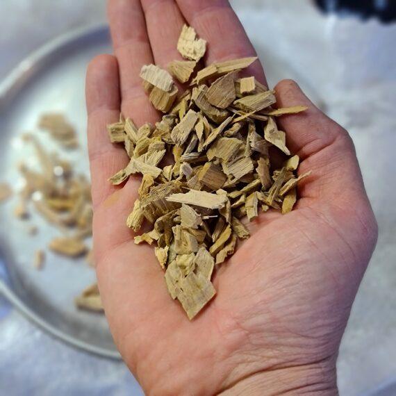 Rökflis - Äpple Storpack 17kg Wood chips av Äpple - perfekt för griskött i alla dess former Rökflis, Wood chips, rökträ, rökved - det finns en del olika namn och än så länge verkar inte Svensken ha bestämt sig för vilket ord som ligger bäst på tungan. Hur som helst - vad vi alla är överens om är att det gör väldigt stor skillnad på smak och upplevelse genom att tillföra torrt trä till kolen, briketterna eller gasolbrännarna. Storleken på fraktionerna är 2mm till 20mm. Karaktär Detta är rökflis / wood chips av Äpple. Äppleträ ger en varm och söt doft som gör sig väldigt bra till griskött, julskinka inkluderat. Storleken har betydelse Den mindre storleken gör dessa woodchips / rökflis perfekta för kortare grill- BBQ- och röksessioner som kräver en kraftfull rökutveckling på kort tid eller till rökskåp (små träbitar börjar snabbare pyra och producera rök än större bitar). Det är även lämpligt att testa använda flis i täta grillar som kamadogrillar eftersom att dessa rökgrillar har så lågt flöde av luft att du mycket väl kan nå bättre rökresultat med flis som en del av ditt rökträ. Torr är bäst Även om många ger rådet att lägga flis i blöt före användning vill BBQmonster ge dig rådet att testa lägga torrt trä intill glöden och på så sätt skapa en miljö där frisk rök kan tillföras utan att flisen brinner upp. Har du en gasolgrill är du dock mer hjälpt av dessa mindre bitar trä - lägg dem i ugnsfolie, vik ihop och perforera med några hål, placera därefter över brännarna. Om att använda trä för att skapa rök: Blött trä släcker delvis glöden från kolen och skapar oftast en smutsigare rök. Målet när du tillför rökträ är att skapa en god förbränning där röken är klar och fin, inte tjock och mullrande. Röken skall lukta gott och blött trä luktar...inte gott. Thin blue smoke pratar det stora landet i väster om och även om det inte alltid är blå rök som lämnar skorstenen så kan du ha det i bakhuvudet: mörk rök är dåligt, vit rök är bättre men inte bra, ljus eller blåskimrande rö
