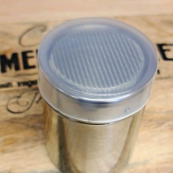 """Ströare med silnät - perfekt för att undvika klumpar i mjöl vid redning av sås - plastlock ingår Denna ströare med silnät är ett perfekt tillbehör när du skall reda en sås eller soppa och vill undvika att mjölet faller ner i klumpar. Med det finmaskiga nätet pudrar du enkelt ut mjölet utan att stora klumpar av mjöl förstör din sås eller soppa. Lätt att torka av och håller sig snygg. Locket sluter helt tätt och förhindrar därmed mjölbaggar hittar in. Ströare, shaker, stöer, dreger, kryddströare - kärt barn har många namn. Vid matlagning där många timmar läggs ned på att allt skall bli perfekt så skall det inte snålas på ströaren - det är här som en tålig shaker i rostfritt stål kommer till sin rätt. Denna ströare med silnät har en diameter på ca 7 cm och en höjd på ca 9 cm. hygieniskt och lättrengjord rostfritt stål finmaskigt nät TIPS: kunder har tipsat om att denna ströare med nät är perfekt när man """"gror upp groddar""""."""