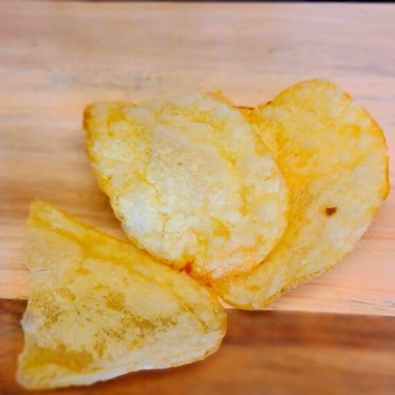 Chips - lyxiga tryffelchips - spröda friterade potatischips - svårt beroendeframkallande snacks Lyxiga tryffelchips när dem är som bäst. Spröda chips gjorda i spanien och smaksatta med svart vårtryffel. Tryffelchips är ett måste för dig som inte kan få nog av denna mäktiga svamp. Chipsen passar lika bra mellan hamburgarbröden, på tapasbrickan, på mingelfesten i trädgården eller som del av en muta till folket som väntar på att din BBQ skall bli klar... Nettovikt 125 gram