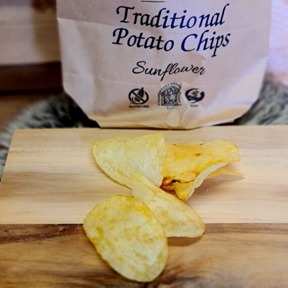 Chips - spanska lyxchips - spröda, glutenfria, lättsaltade grytfriterade i små batcher - svårt beroendeframkallande snacks i hantverkskvalitet Spanska lyxchips, lättsaltade spröda chips som är grytfriterade i små batcher för att hålla högsta kvalitet rakt igenom. Vi har flera gånger gjort tester på gäster: en skål med dessa spanska lättsaltade lyxchips och en skål med svensk motsvarighet. Gång efter gång är skålen med La Aubela Nieves lättsaltade spanska lyxchips tom långt före den andra. Slump? Nej. Dessa spanska lyxchips är spröda på ett sätt som man sällan upplever. Även om fetthalten är 33% så är detta inga chips som upplever som tunga eller feta, tvärtom - fräscha! De lättsaltade chipsen passar lika bra på tapasbrickan, på mingelfesten i trädgården eller som del av en muta till folket som väntar på att din BBQ skall bli klar... La Abuela traditional Potato chips är gjorda på NON-GMO potatis (ej genmodifierade) och är naturligt glutenfria Nettovikt 150 gram