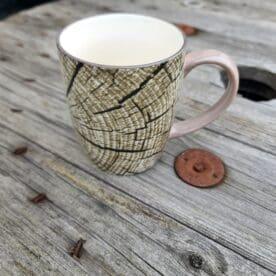 """Mugg """"timber"""" i 6pack - motiv av en en timmerstock i genomskärning Mysigt i stugan och grillhörnan inredning för en """"Lodge lifestyle"""" och """"Cottage lifestyle"""" Mugg, med ett unikt motiv - en timmerstock i genomskärning! Säljs i paket om 6st i varje. Duka snyggt och med en rustik stil med denna mugg med motiv av en timmerstock. BBQmonster har lanserat ett utvalt koncept av prylar som ryms inom begreppet Lodge lifestyle och Cottage Lifestyle, en växande trend är nämligen att vi söker oss mot en inredning som skall ge oss lugn och gemyt. För många är sannolikt den ultimata målbilden en spartanskt inredd stuga, gärna med träväggar, öppen spis och en lurvig fäll på golvet. I dessa två koncept skall BBQmonster försöka hitta guldkornen (eller silver eller trä...) som symboliserar och skapar känslan av mysfaktor hög. Butiken i Ödåkra är i sig själv inredd med liggande träpanel och inredning som skall skapa en skön känsla, Det är utifrån kunders frågor kring inredning som BBQmonster fick idéen att utöka med dessa Lodge Lifestyle och Cottage Lifestyle. Planen är inte att göra om BBQmonster till en inredningsbutik, utan fokus kommer fortsatt vara på GRILL och BBQ - men då livsnjuteri vid grillen är starkt närbesläktat med livsnjuteriet som sker under en weekend i stugan, i fjällen eller kanske i ditt hem som du format utefter att få känslan av en timmerstuga, jaktstuga eller någon annan målbild som du ser för ditt inre. Här har du ett sådan objekt: en mugg, kaffemugg, med motiv föreställande en timmerstock Mått (cm): 10cm hög 9 cm i diameter Vikt 0.3 kg per styck"""