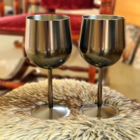 Vinglas av stål - snygga och okrossbara glas - perfekt för Spa och Pool Vinglas av stål med mattsvart yta. Okrossbara vinglas perfekta när du glider ner i spabadet eller poolen - två ställen där ett krossat glas får katastrofala följder. Dessa vinglas är goda att dricka ur oavsett om vi pratar om rött, vitt eller rosévin Glasen kommer i tvåpack och tåler maskindiskning. Okrossbara glas av stål är inte bara praktiskt utan även betydligt godare att drick ur än plastglas som annars brukar vara alternativet. Tyngden i glasen ger en exklusiv känsla. Perfekt även att packa med på utflykten Dessa vinglas av stål kommer i tvåpack. Glaset rymmer 40cl och är 17 cm högt samt 8 cm i diameter Professionell kvalitet Okrossbart Anpassat för maskindisk
